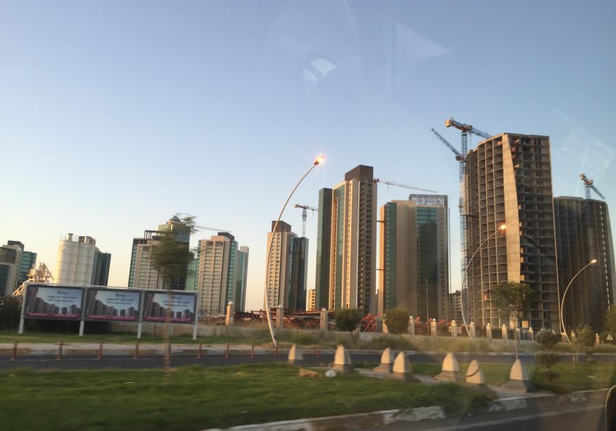 Un camino que conduce a Erbil aeropuerto internacional; los aeropuertos que ayudó a producir financieras internacionales