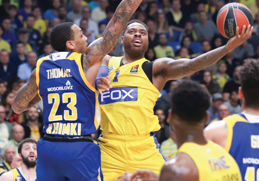 Maccabi Tel Aviv forward Deshaun Thomas (center)