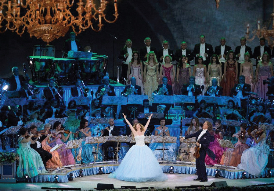 André Rieu conducts a full orchestra for Mirusia Louwerse, the Australian soprano, in Maastricht