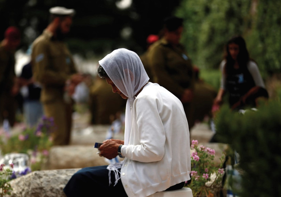 A woman mourns on Mount Herzl on Yom HaZikaron