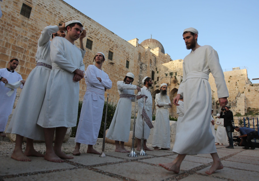 "Hundreds of activists carry out the ""Korban Pesach"" ritual on the foot of the Temple Mount, March 26"
