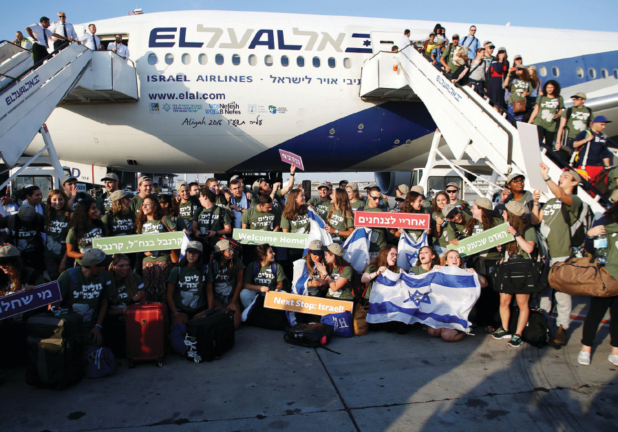 New immigrants from North America, including some 70 who will serve in the IDF, pose for a group pic