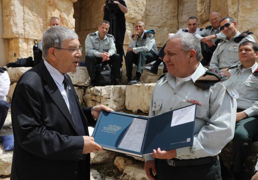 """Avner Shalev presents the """"Kolchem Shamati"""" anthology to IDF Chief of Staff Lt. Gen. Gadi Eisenkot"""