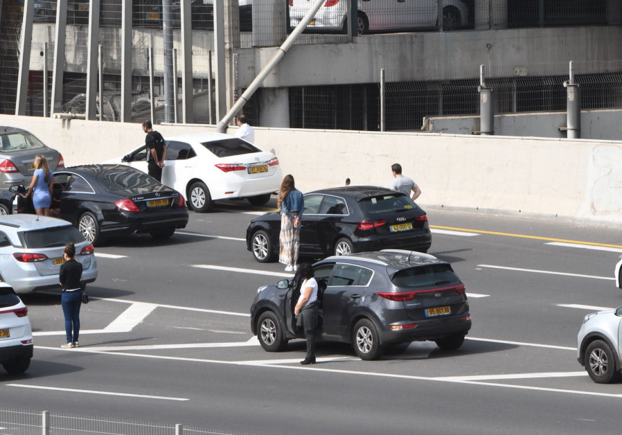 Israelis stop on the highway as the Holocaust Remembrance Day siren is sounded. (AVSHALOM SASSONI/MAARIV)