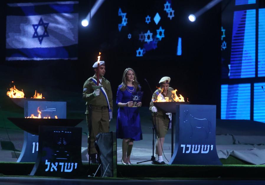 Sarit Hadad at the torch lighting ceremony at Mount Hertzel, April 18, 2018. (credit: Marc Sellem)