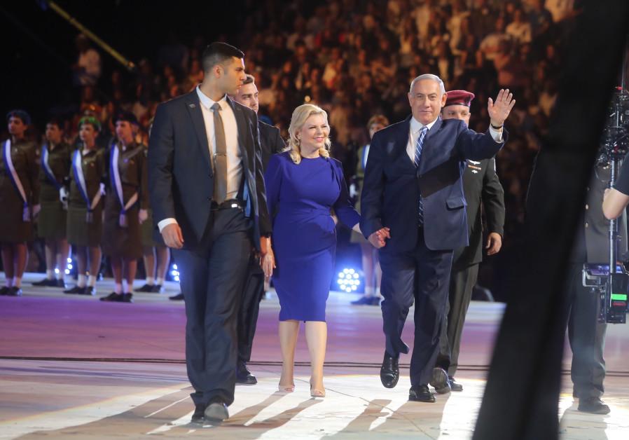 Prime Minister Benjamin Netanyahu and Sarah Netanyahu at the torch lighting ceremony at Mount Hertzel, April 18, 2018. (credit: Marc Sellem)