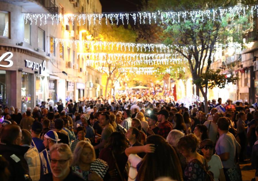 Jerusalem residents celebrate independence day in the street, credit: YITZHAK KELMAN/ TPS.