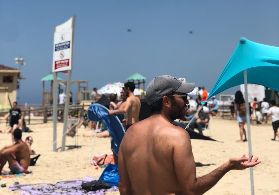 Israelis gather at Tel Aviv's beaches to watch Israel's annual Independence Day airshow, April 19, 2018. (Yocheved Lauren Laufer)
