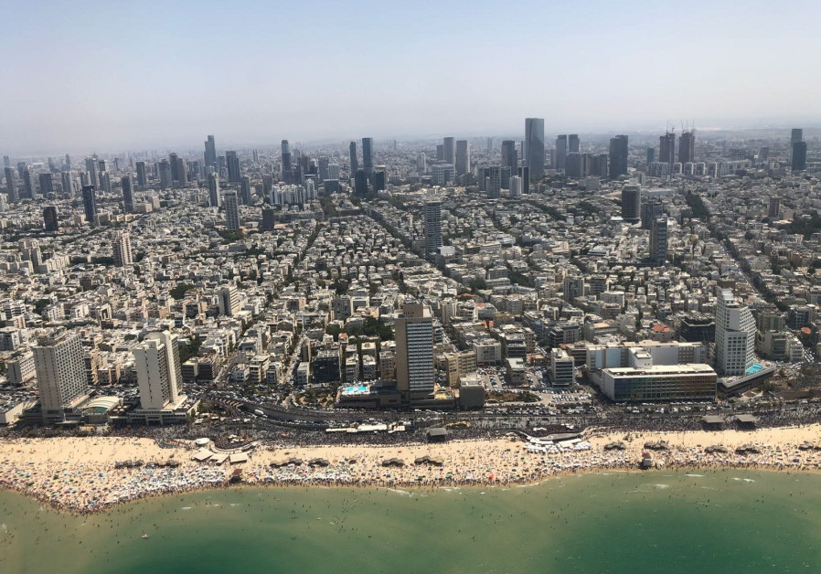 An aerial shot of Tel Aviv during Israel's annual Independence Day airshow, April 19, 2018. (Anna Ahronheim)