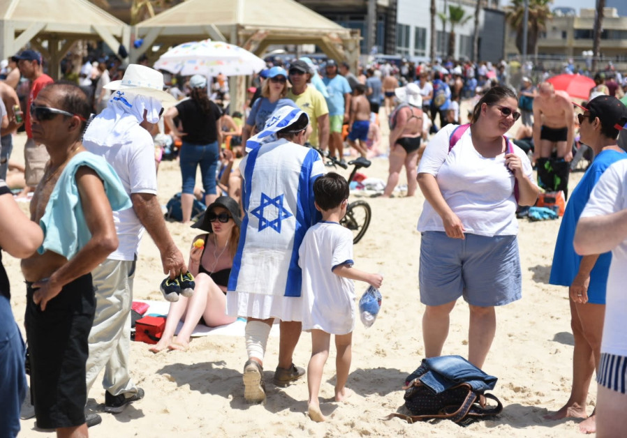 Israelis gather at Tel Aviv's beaches to watch Israel's annual Independence Day airshow, April 19, 2018. (Kobi Richter/TPS)