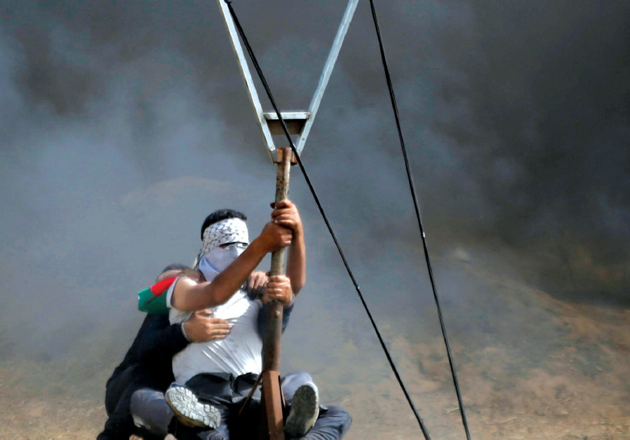 GAZANS POSITION a large slingshot to hurl stones at Israelis during clashes at the Israel-Gaza borde