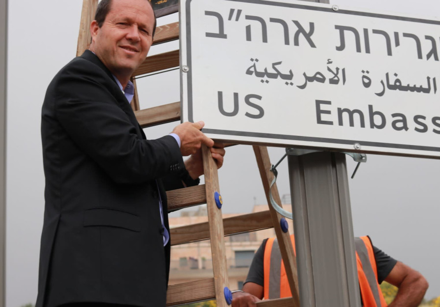 Jerusalem Mayor Nir Barkat installs a road sign directing to the US embassy, in the area of the U.S. consulate in Jerusalem, May 7, 2018 (JERUSALEM MUNICIPALITY)