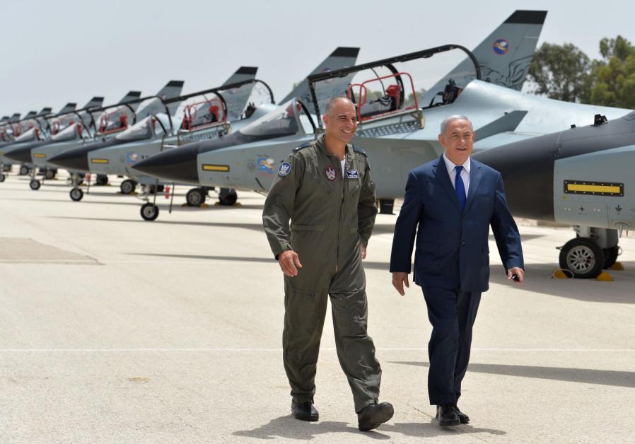 Ο πρωθυπουργός Μπέντζαμιν Νετανιάχου και ο ταξίαρχος του ΙΑF Πέλεγκ Νίγγο στην Tel Nof Airbase
