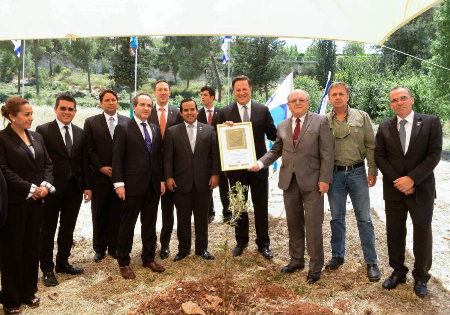 The Panamanian President holding the KKL-JNF Certificate of Appreciation.