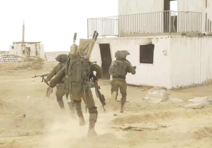 SOLDIERS PARTAKE in the IDF's combined ground officers course on the Bahad 1 base in the Negev