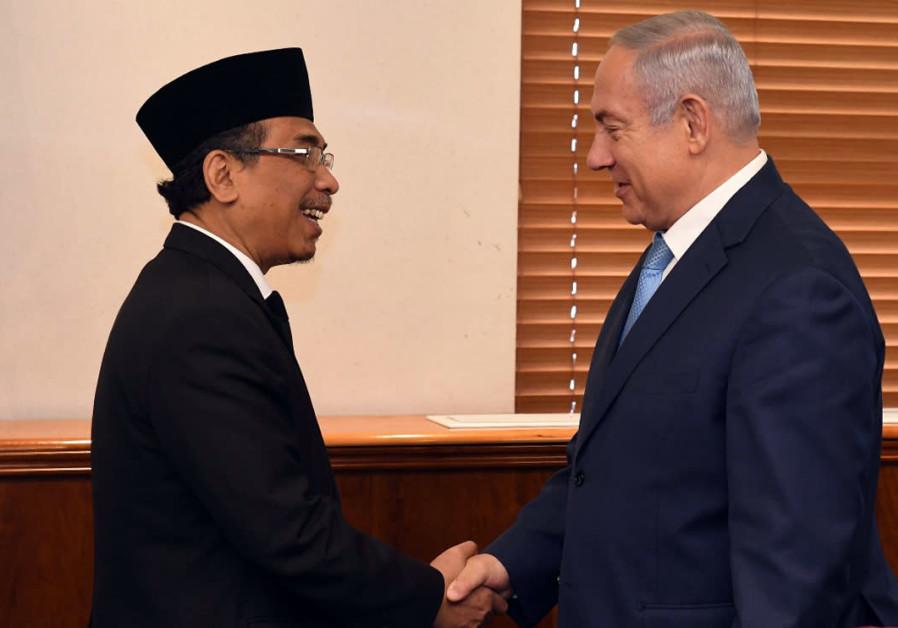 Kyai Haji Yahya Cholil Staquf shakes hands with Prime Minister Benjamin Netanyahu, June 14, 2018.