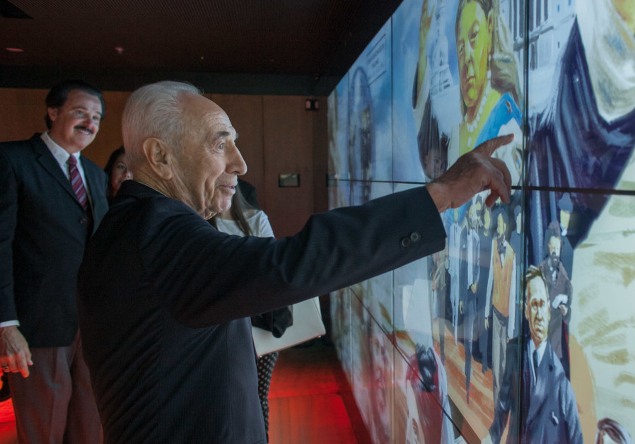 Former President Shimon Peres visits the Friends of Zion Museum