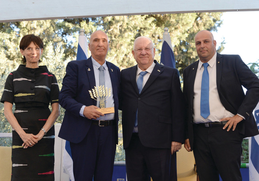 From right to left: Chairman of the Volunteer Council Adv. Yoram Sagi Zaks, President Reuven Rivlin,