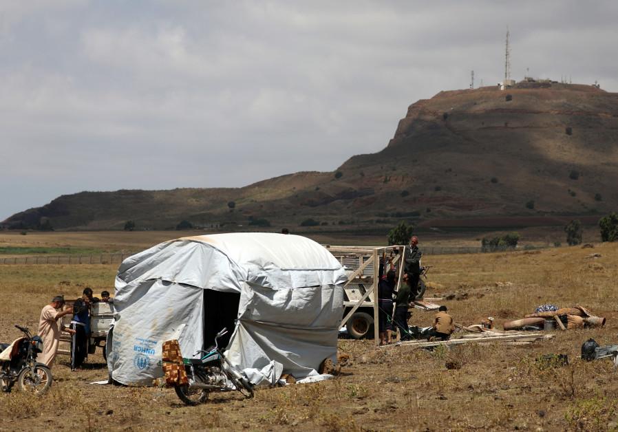 Fleeing civil war, Syrian refugees pitch tents near Israel border