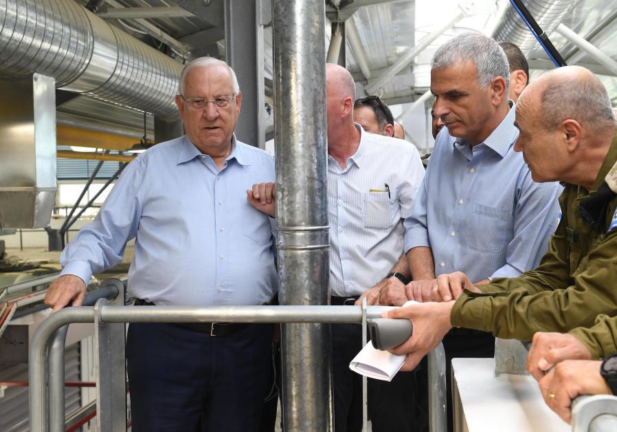 President Reuven Rivlin and Moshe Kahlon (Kulanu) inspect the Kalandiya crossing, July 18, 2018