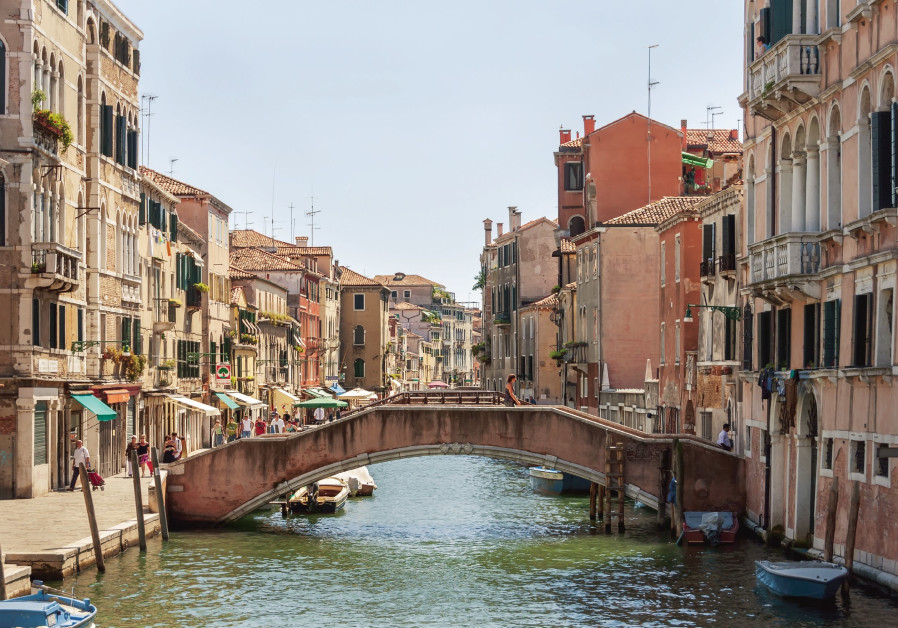 Israeli arrested in Venice after locking teller in currency exchange stand