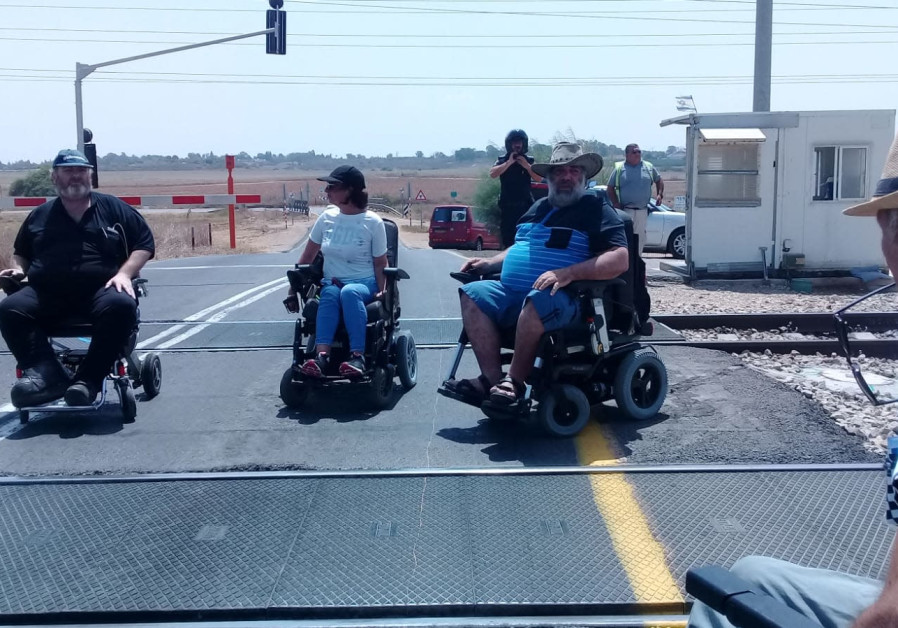15 handicapped demonstrators stopped railroad traffic. July 24, 2018