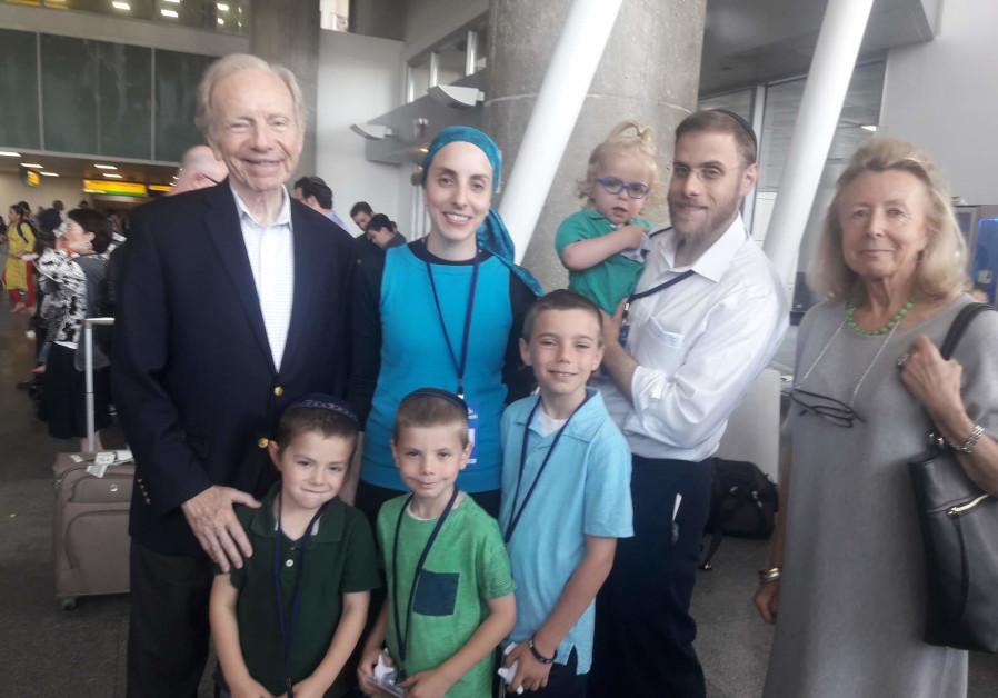 Sentaor Joe Liberman and his daughter Hana Lowenstein in Ben-Gurion airport, July 25, 2018