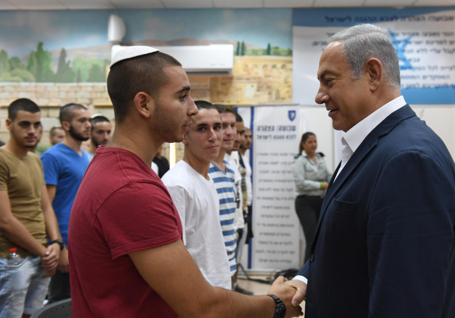 Prime Minister Benjamin Netanyahu meets with new IDF recruits, July 26, 2018