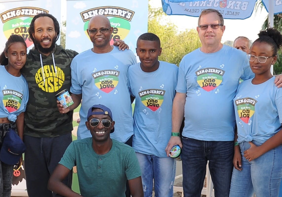 Ziggy Marley poses with nine Ethiopian-Israeli youth on Wednesday night at the Shuni Ampitheater in