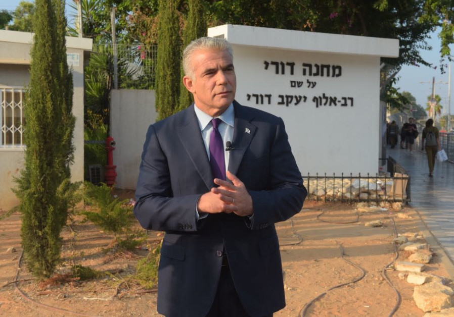 Yesh Atid chairman Yair Lapid visits Tel Hashomer army base, August 13, 2018