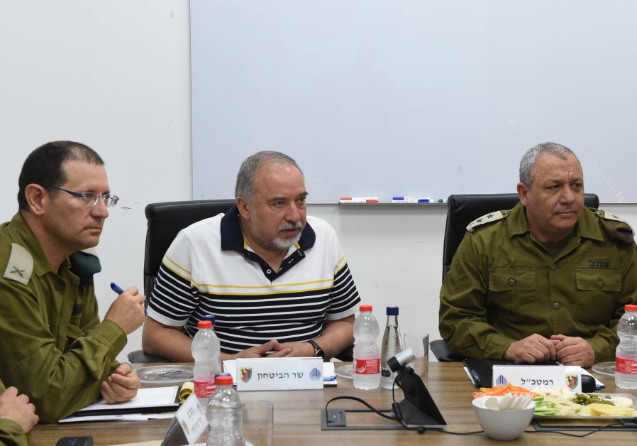 Defense Minister Avigdor Liberman (C) on a visit to the Gaza Division, August 13, 2018