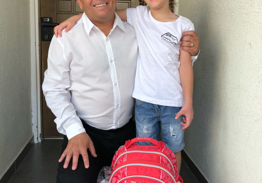 Zionist Union MK Eitan Cabel takes his daughter Shira to school in Rosh Ha'ayin