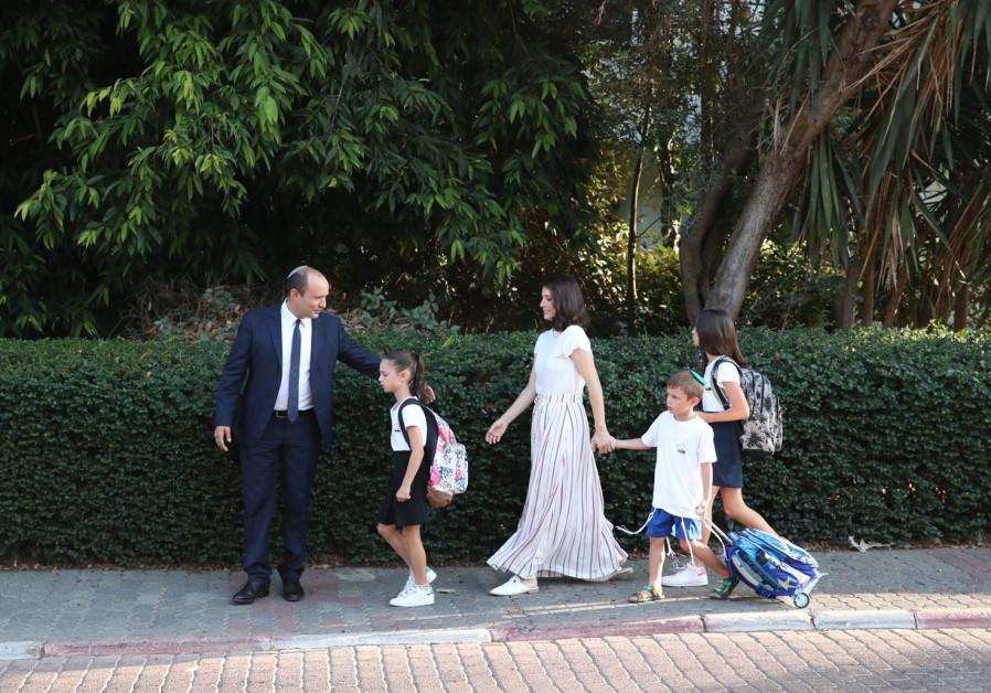 Em seguida, o Ministro da Educação Naftali Bennett leva sua família para a escola em 2 de setembro de 2018 (Crédito: ODED KARNI / GPO)