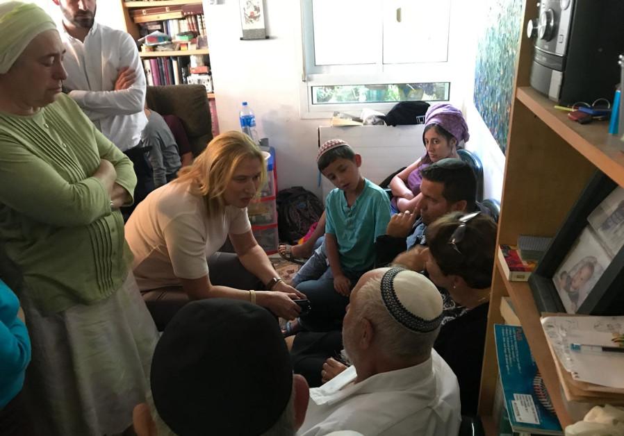 Opposition leader Tzipi Livni comforting the family of terror victim Ari Fuld in Efrat.