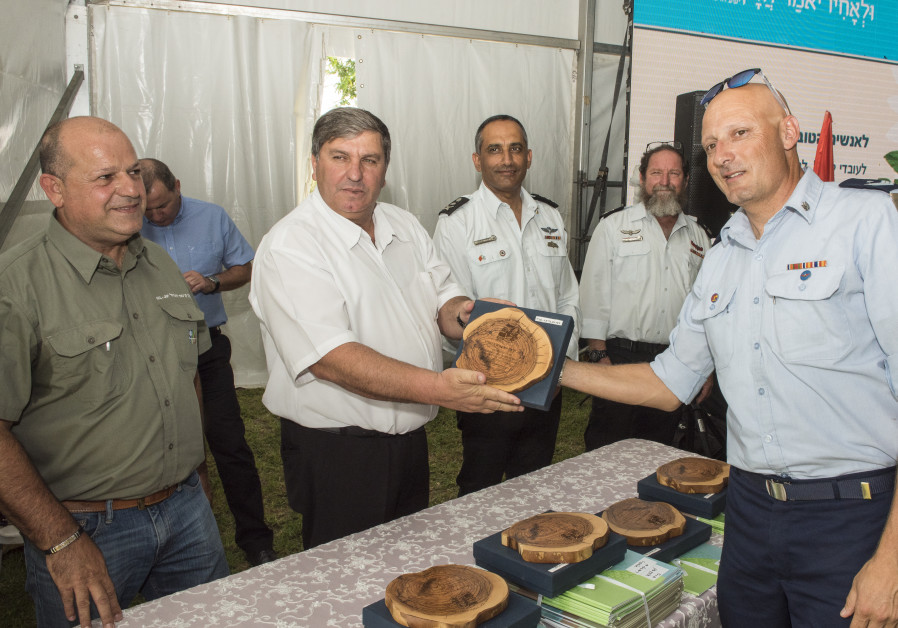 KKL-JNF World Chairman Danny Atar shakes hands with firefighter during the presentation