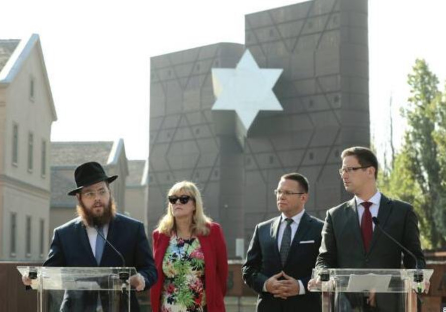 Rabbi Slomó Köves, Mária Schmidt, and Gergely Gulyás at press conference by House of Fates
