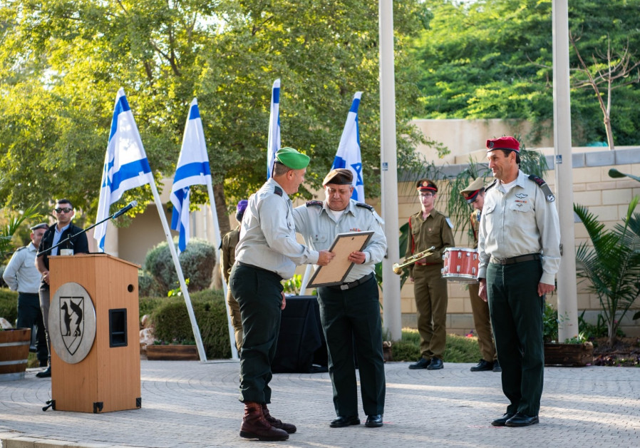 IDF Chief of Staff Lt.Gen. Gadi Eisenkot awards Gaza Division certificate of appreciation.