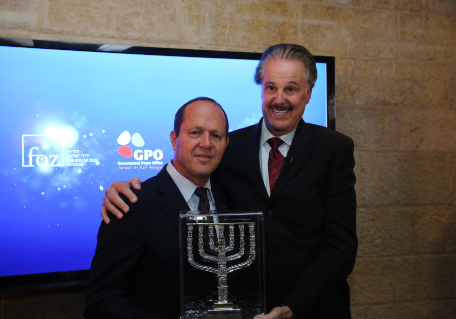 Nir Barkat (L) receives an award from Dr. Mike Evans (R)