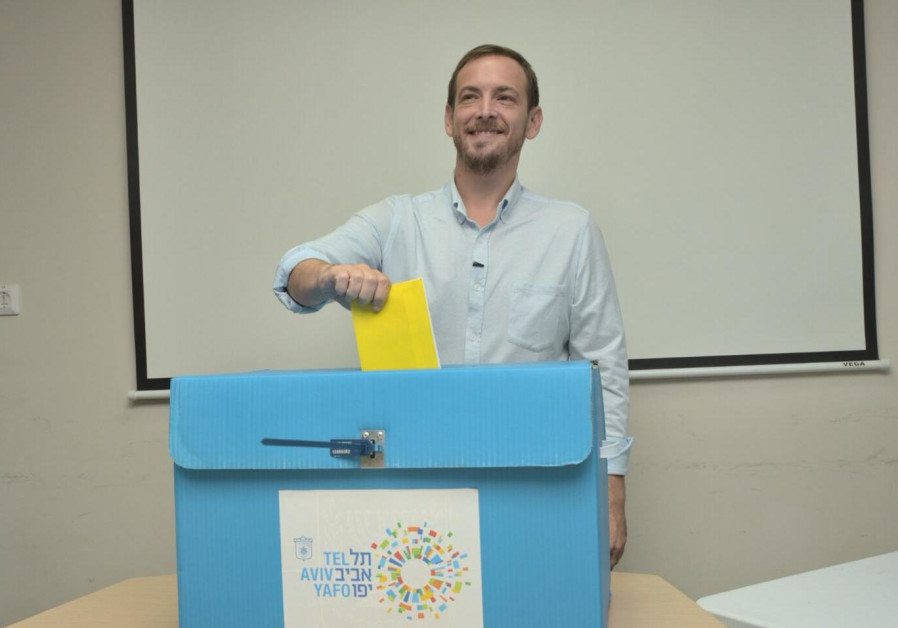 Tel Aviv mayoral candidate Asaf Zamir casts his vote in the municipal elections on Tuesday, October