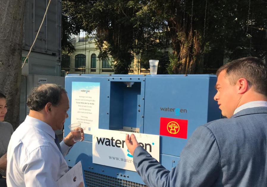 Ambassador of Israel to Vietnam Nadav Eshcar presents Watergen's GEN-350