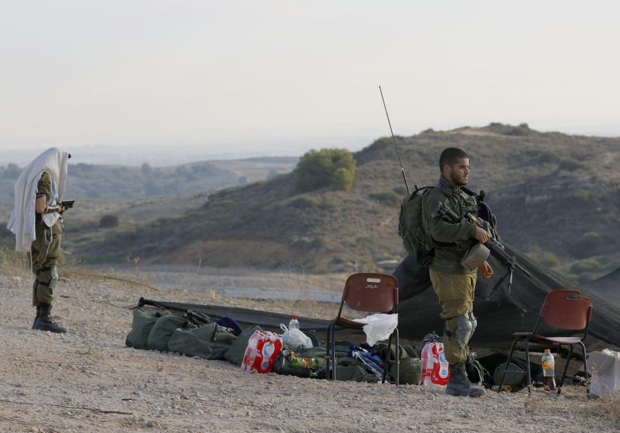Israeli forces take position along the border with the Gaza Strip in the southern Israeli city of Sderot, on November 13, 2018 (AFP)