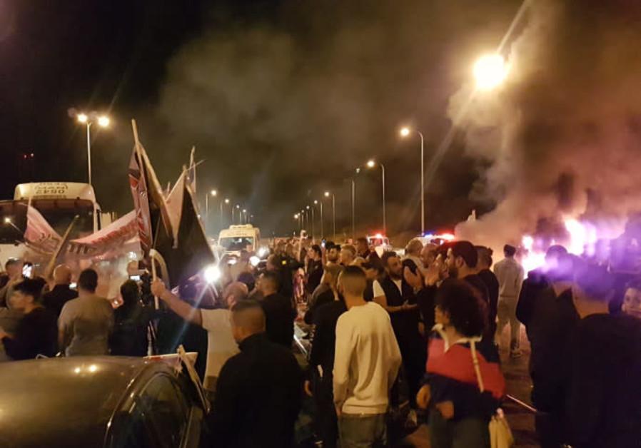 Sderot residents protest against ceasefire.