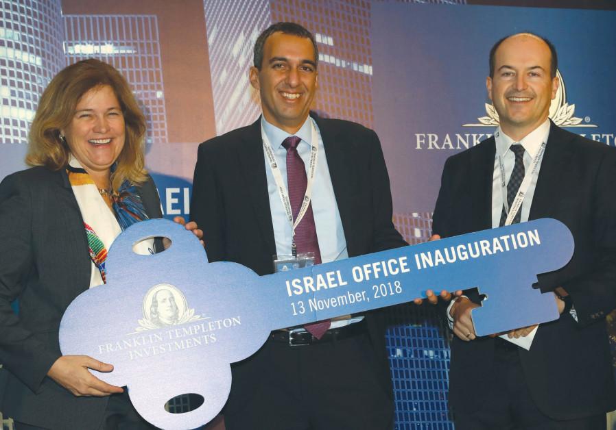 PRESIDENT and COO of Franklin Templeton Investments Jenny Johnson awards Uzi Yitzhak