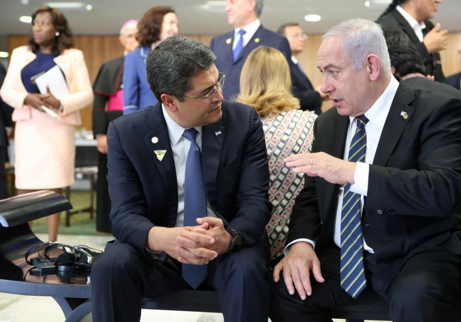 Primul Ministru israelian Benjamin Netanyahu vorbește cu președintele Honduras, Juan Orlando Hernandez dur