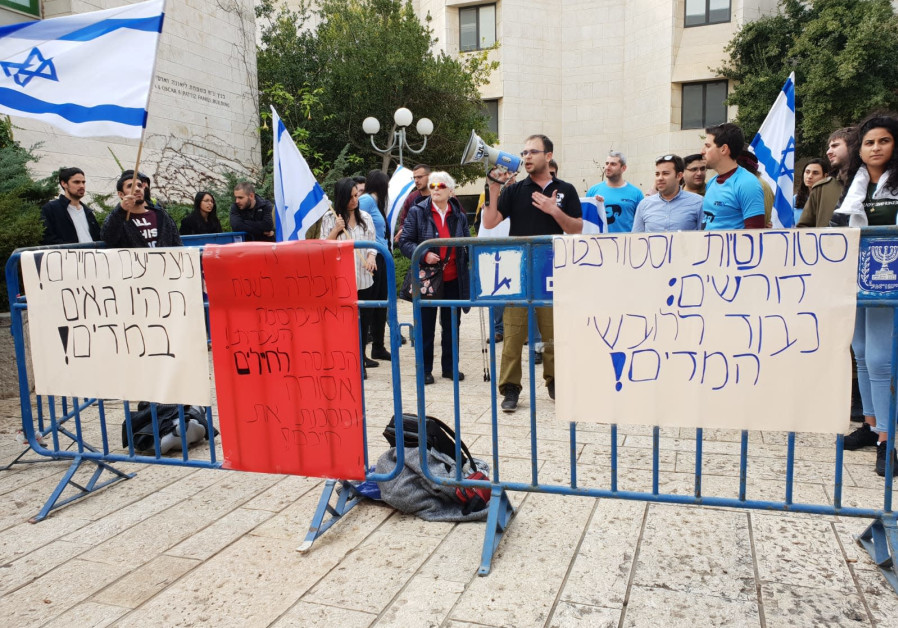 Hebrew University students protest lecturer who reprimanded student for wearing IDF uniform to class