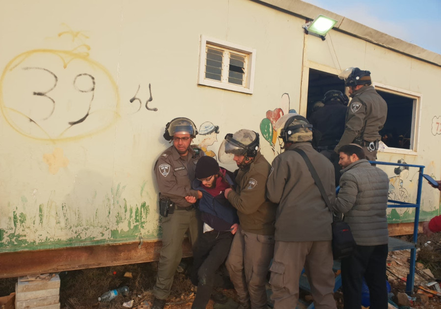 Violence erupts as police evacuate Amona outpost on Thursday, January 3