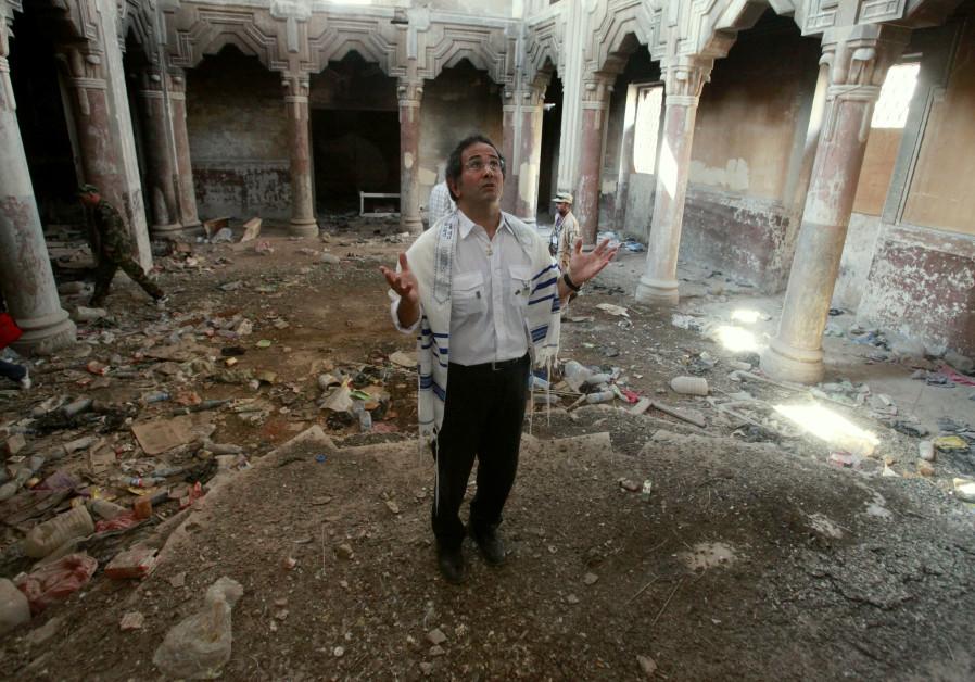 L'exil juif libyen David Gerbi prie à l'intérieur de la synagogue Dar Bishi à Tripoli le 1er octobre 2011. Gerbi a