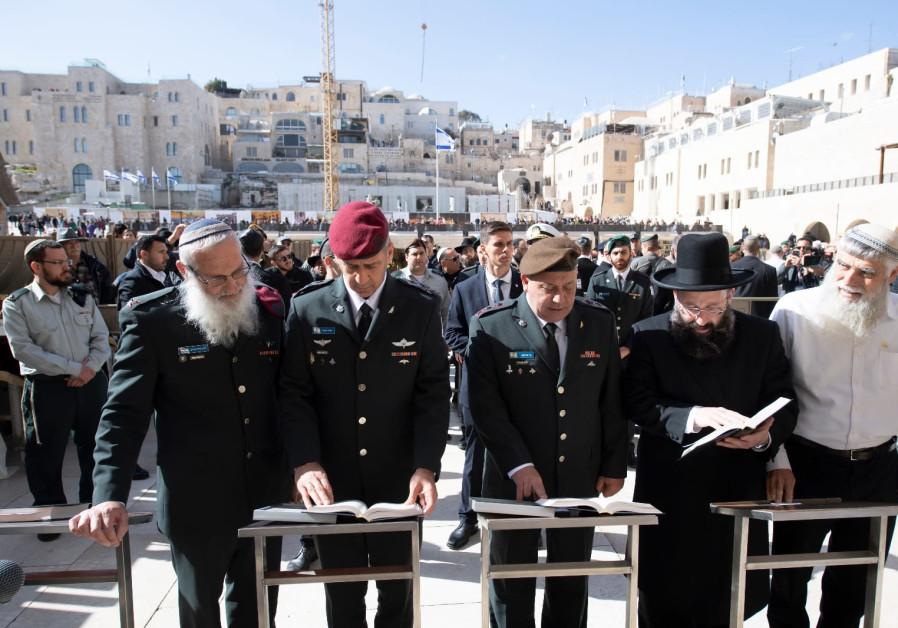 Maj. Gen. Aviv Kochavi (C-L) and Maj. Gen. Gadi Eisenkot (C-R) pray at the Western Wall
