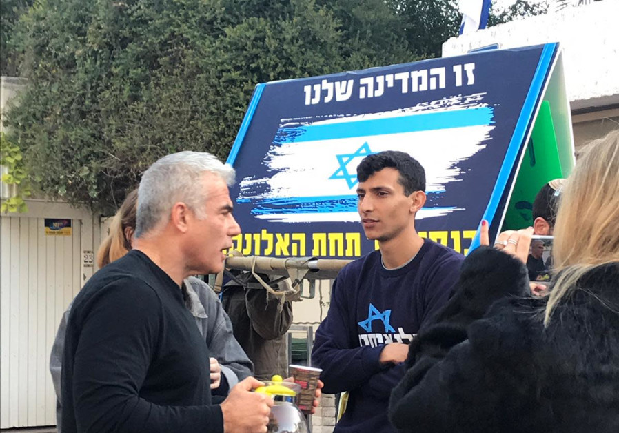Yair Lapid brings tea to centrist protesters outside his house, 2019.
