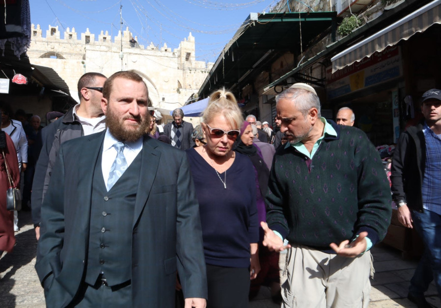 Actress Roseanne Barr and Rabbi Shmuely Boteach in Jerusalem's Machane Yehuda market